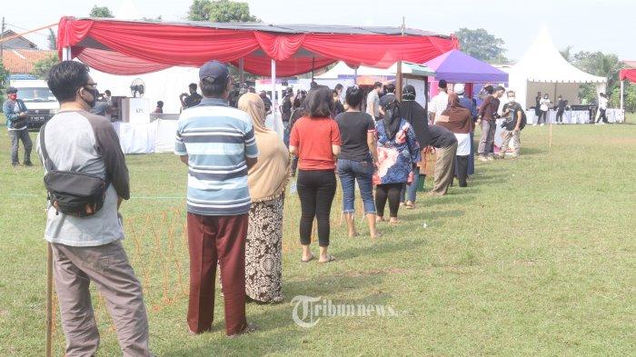 SIMULASI PEMUNGUTAN SUARA - KPU Kota Tangerang Selatan, menggelar simulasi pemungutan suara pemilihan Walikota dan Wakil Walikota Tangerang Selatan, di lapangan PTPN VIII, Serpong, Sabtu (12/9/2020). Simulasi dilakukan di TPS 18 dan diikuti 419 orang pemilih dari Kelurahan Cilenggang, Serpong, Kota Tangerang Selatan. Kegiatan ini disaksikan langsung Ketua KPU Pusat, Arief Budiman dan dilakukan dengan penerapan protokol kesehatan yang ketat. Pilkada Kota Tangerang Selatan akan digelar pada 9 Desember mendatang. WARTA KOTA/NUR ICHSAN