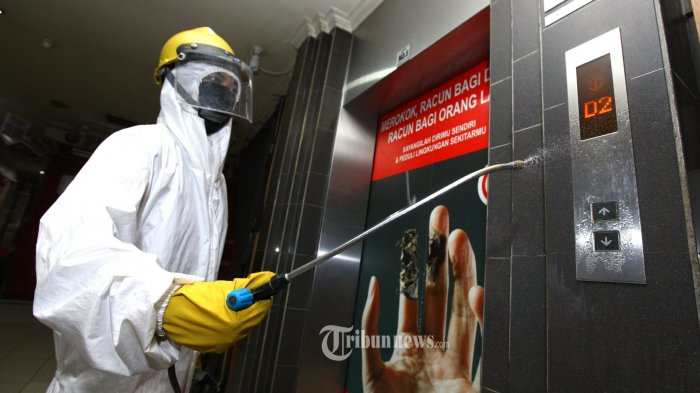 Kantor Bawaslu Palu dan Sulteng Disemprot Disinfektan, Karyawan Diminta Karantina Mandiri
