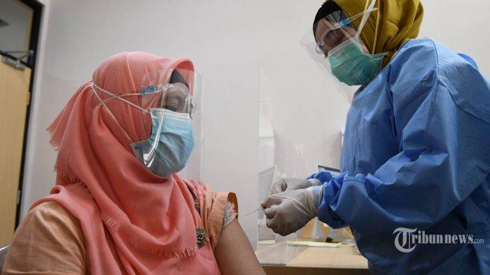 Petugas medis melakukan simulasi vaksinasi Covid-19 yang dilakukan di RSI Jemursari, Kota Surabaya, Jawa Timur, Jumat (18/12/2020). Acara simulasi vaksinasi dihadiri Gubernur Jatim, Khofifah Indar Parawansa dan Ketua Umum MUI, KH Miftachul Akhyar. Surya/Ahmad Zaimul Haq