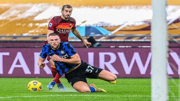 Bek Inter Milan asal Slowakia, Milan Skriniar (Depan) dan gelandang Armenia Roma Henrikh Mkhitaryan memperebutkan bola selama pertandingan sepak bola Serie A Italia AS Roma vs Inter Milan pada 10 Januari 2021 di stadion Olimpiade di Roma.