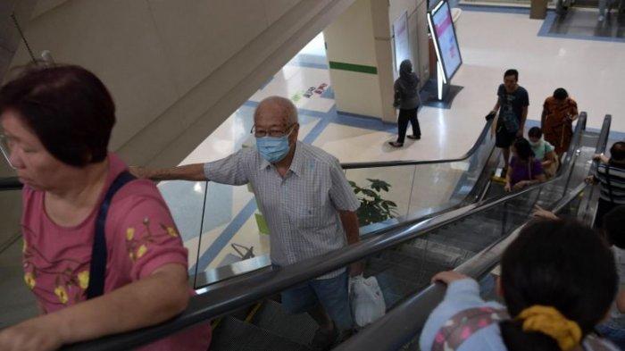 Warga Singapura beraktivitas di luar rumah dengan mengenakan masker karena kekhawatiran meluasnya penyebaran virus corona.