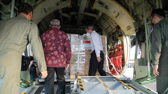 Singapura menyerahkan bantuan medis sebagai bentuk solidaritas melawan Covid-19 kepada Indonesia.