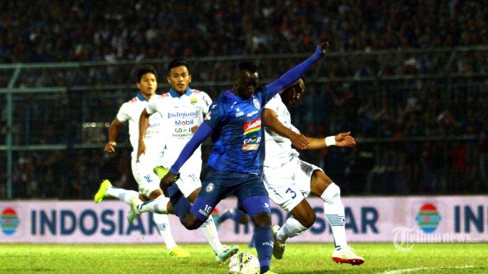 Gelandang Arema FC, Makan Konate berebut bola dengan bek Persib Bandung, Adri Idrus dalam lanjutan Liga 1 di Stadion Kanjuruhan Kepanjen, Kabupaten Malang, Selasa (30/7/2019). Arema FC membantai tamunya Persib Bandung 5-1 di kandangnya. SURYA/HAYU YUDHA PRABOWO