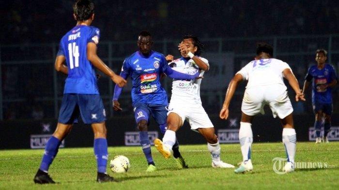 Gelandang Arema FC, Makan Konate (kedua kiri) berebut bola dengan gelandang Persib Bandung, Haryono (ketiga kiri) dalam laga lanjutan Liga 1 2019 di Stadion Kanjuruhan, Kepanjen, Kabupaten Malang, Jawa Timur, Selasa (30/7/2019) malam. Arema FC mengalahkan Persib Bandung dengan skor 5-1. Surya/Hayu Yudha Prabowo