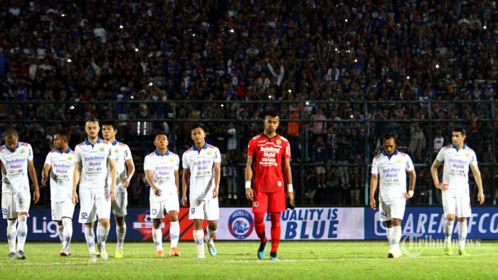 Skuat Persib Bandung meninggalkan lapangan dengan tertunduk usai pertandingan melawan Arema FC dalam laga lanjutan Liga 1 2019 di Stadion Kanjuruhan, Kepanjen, Kabupaten Malang, Jawa Timur, Selasa (30/7/2019) malam. Arema FC mengalahkan Persib Bandung dengan skor 5-1. Surya/Hayu Yudha Prabowo