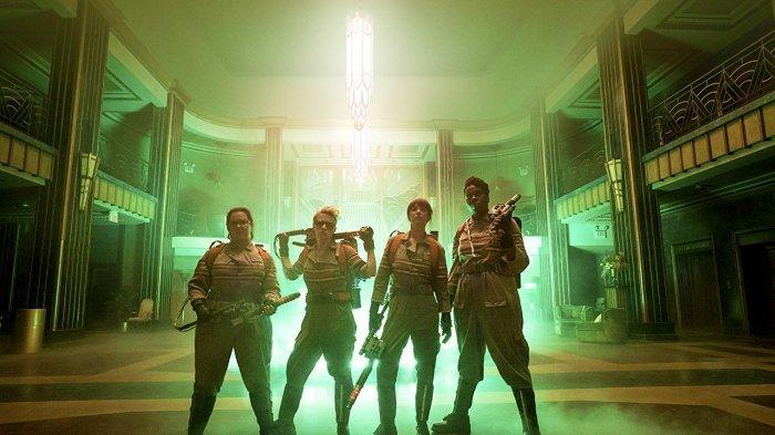 Leslie Jones, Melissa McCarthy, Kate McKinnon, dan Kristen Wiig dalam Ghostbusters (2016)