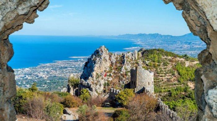 Siprus menjadi rebutan antara Yunani dan Turki.