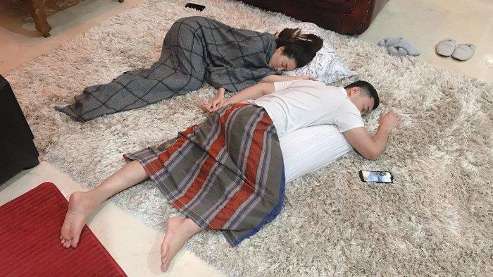 Pasangan suami istri yang baru saja menikah, Zaskia Gotik dan Sirajuddin Mahmud bagikan momen romantis saat tidur bersama.