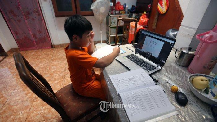 Christabel, siswa SDK Penabur, Duren Sawit, mengerjakan tugas sekolah di rumahnya di kawasan Jatinegara, Jakarta Timur, Jumat (27/3/2020). Ia menggunakan situs Google Classroom untuk menerima pelajaran dari gurunya yang juga mengajar dari rumah saat terjadinya wabah Covid-19.