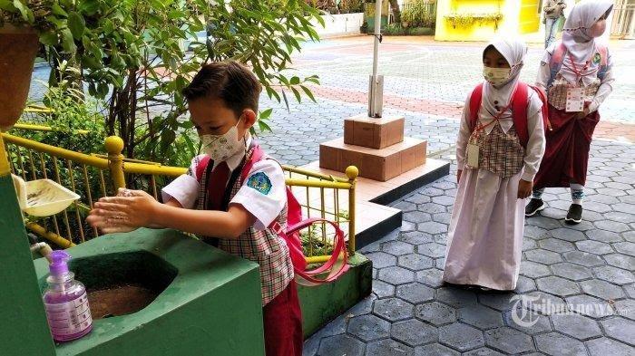 PTM di DKI Jakarta Dimulai Besok, Muhammad Mengaku Seragam Sekolah Anaknya Sudah Kekecilan