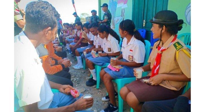 Ketika Siswa di Perbatasan Mencicipi Makanan Ransum Khas Tentara