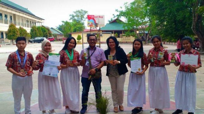 Yazid, Anggi, Aysa dan guru pembimbing saat berada di sekolah. Ketiga siswa akan mendapat penghargaan dari Kemendikbud atas penemuan obat penyembuh kanker, Kamis (15/8/2019)