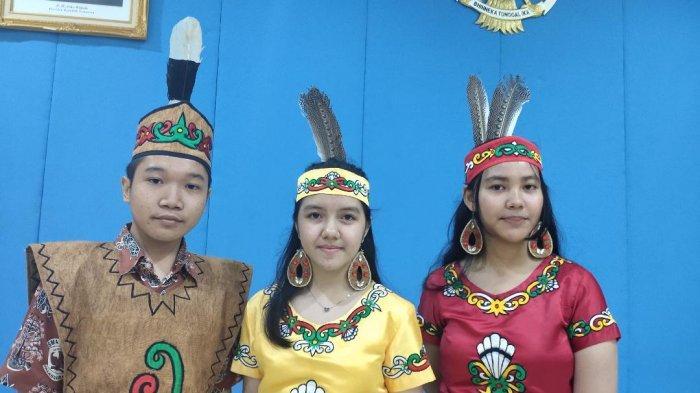 Yazid, Anggina Rafitri, dan Aysa Aurealya Maharani, tiga siswa SMAN 2 Palangkaraya yang  berhasil membuat obat penyembuh kanker dari bahan dasar akar bajakah, di Kemendikbud, Jakarta Pusat, Sabtu (17/8/2019).