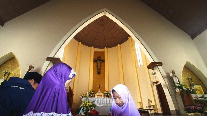 BELAJAR KEBHINEKAAN - Siswa SMP An Nashr  mengunjungi Gereja Katedral Ijen dalam Field Trip Anak Indonesia Cinta Kebhinekaan Indonesia di Gereja Katedral Ijen, Kota Malang, Senin (7/8/2017). Kunjungan ke sejumlah tempat ibadah ini untuk mengenalkan keberagaman agama dan budaya Indonesia. SURYA/HAYU YUDHA PRABOWO