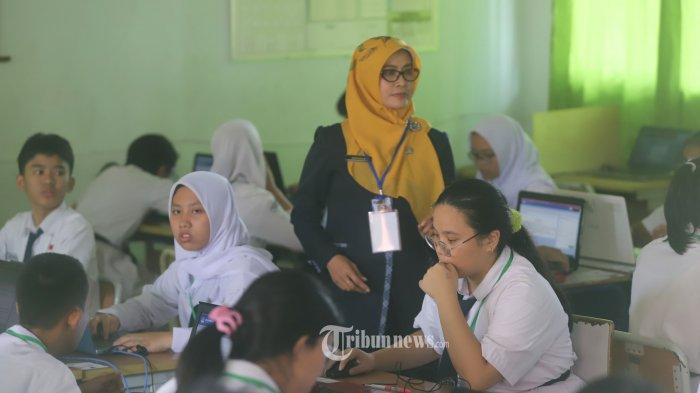 Sejumlah siswa Sekolah Menengah Pertama Negeri (SMPN) 1 saat mengikuti Ujian Nasional Bersama Komputer (UNBK) di SMPN 1, Cikini, Jakarta Pusat, Senin (22/4/2019). UN yang dilaksanakan terdiri dari Ujian Nasional Berbasis Komputer (UNBK) dan Ujian Nasional Berbasis Kertas dan Pensil (UNPK). Semua ujian dilaksanakan serentak di seluruh Indonesia kecuali di Provinsi Papua, Papua Barat, dan NTT yang digelar pada 23-26 April 2019. (Tribunnews/Jeprima)