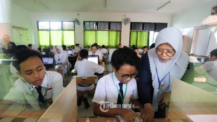 Sejumlah siswa Sekolah Menengah Pertama Negeri (SMPN) 1 saat mengikuti Ujian Nasional Bersama Komputer (UNBK) di SMPN 1, Cikini, Jakarta Pusat, Senin (22/4/2019).