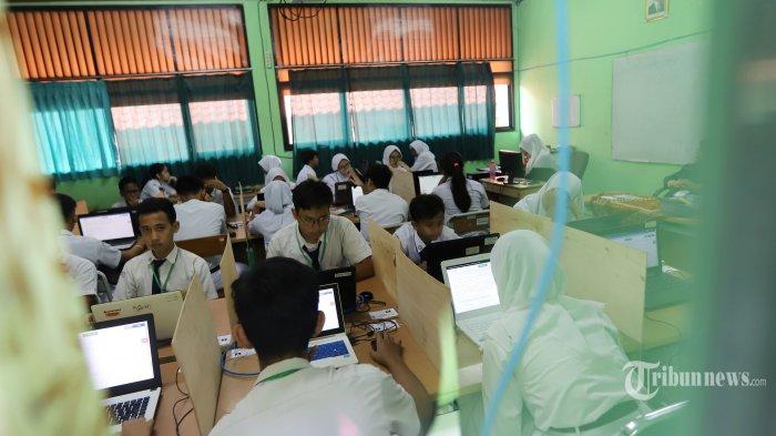 Sejumlah siswa Sekolah Menengah Pertama Negeri (SMPN) 1 saat mengikuti Ujian Nasional Bersama Komputer (UNBK) di SMPN 1, Cikini, Jakarta Pusat, Senin (22/4/2019). UN yang dilaksanakan terdiri dari Ujian Nasional Berbasis Komputer (UNBK) dan Ujian Nasional Berbasis Kertas dan Pensil (UNPK). Semua ujian dilaksanakan serentak di seluruh Indonesia kecuali di Provinsi Papua, Papua Barat, dan NTT yang digelar pada 23-26 April 2019.
