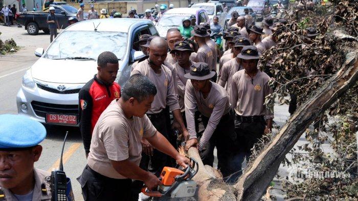 Siswa SPN Jayapura membersihkan puing-piluing sisa kerusuhan yang terjadi di Jayapura, Sabtu (31/8/2019). Sejumlah bangunan dan kendaraan rusak terbakar saat unjuk rasa warga Papua pada hari Kamis (29/8/2019). TRIBUNNEWS/HO/BANJIR AMBARITA