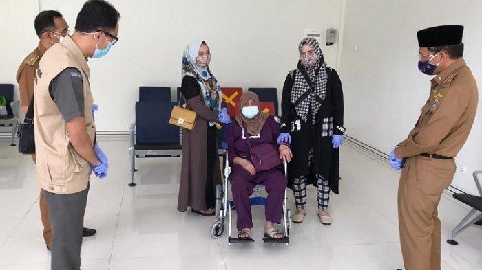 Setelah menjalani karantina di Wisma Atlet Jakarta dan test swab dengan hasil negatif, Siti Aisyah Sutija (55), Pekerja Migran Indonesia (PMI) akhirnya bisa berkumpul dengan keluarganya, Senin (13/7/2020). Foto suasana penjemputan di Bandara Syamsudin Noor.
