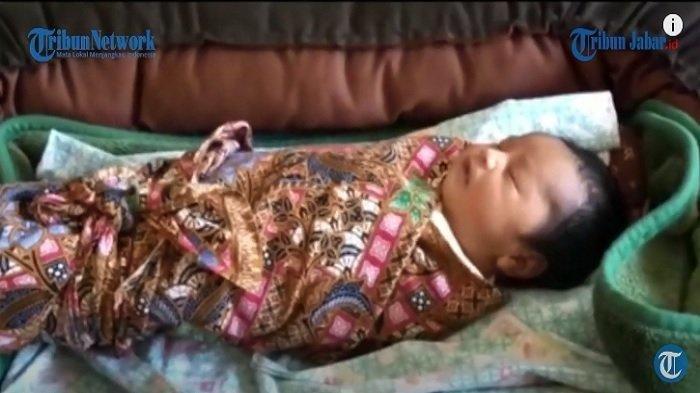 Foto bayi perempuan yang dilahirkan Siti Jainah, ibu yang tidak merasa hamil.