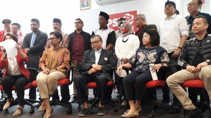 Putri Wakil Presiden Ma'ruf Amin, Siti Nur Azizah bersama dengan para panelis usai mengikuti seleksi terbuka untuk menjaring calon Wali Kota/Wakil Wali Kota Tangerang Selatan di kantor DPP PSI, Jakarta, Sabtu (18/1/2020).