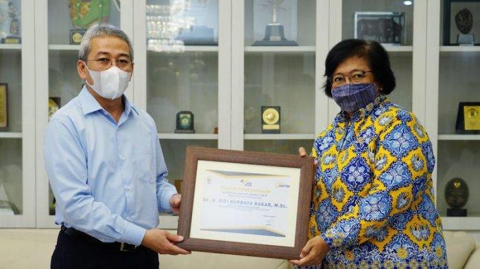 Pada HUT Pajak ke-75, Menteri Siti Nurbaya Terima Penghargaan