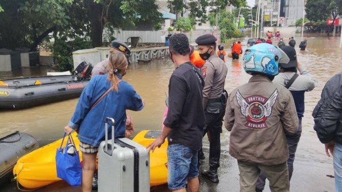 Semalam Menginap di Hotel Kawasan Kemang, Kini Warga Terjebak Banjir