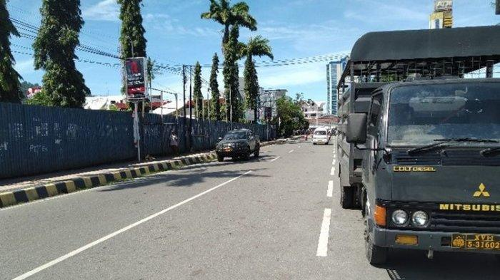 Situasi di Jl. Ahmad Yani, Kota Jayapura, Papua, pada Jumat (23/08/2019) siang. Tampak jalan tersebut sangat lengang berbeda pada hari-hari sebelumnya dimana di kawasan tersebut selalu terjadi penumpukan kendaraan