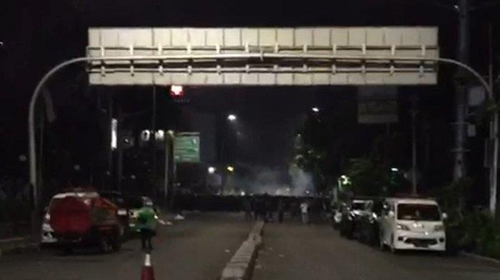 Polisi Pukul Mundur Massa ke Arah Tanah Abang dan Tugu Tani Dengan Gas Air Mata