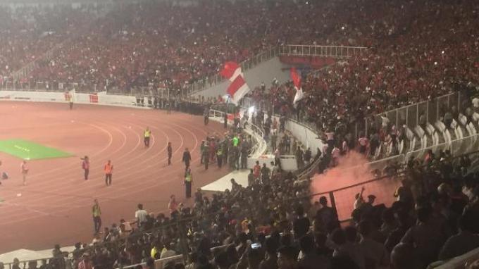 Situasi di SUGBK saat suporter Indonesia yang berada di sisi selatan terlihat masuk ke lapangan dan menggeruduk tribun suporter Malaysia.