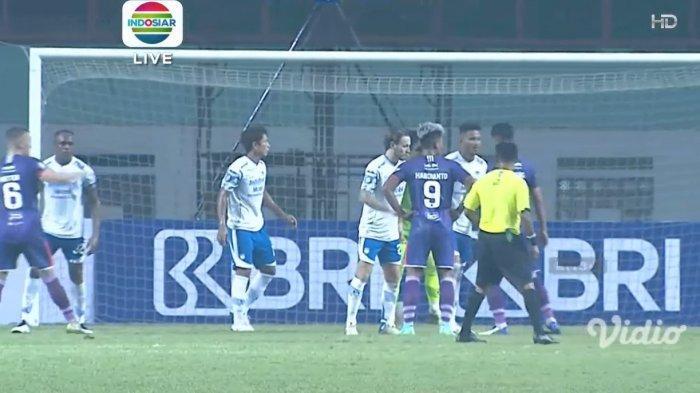 Situasi set piece di pertandingan Persita Tangerang vs Persib Bandung BRI Liga 1 2021 pekan kedua yang berlangsung di Stadion Wibawa Mukti, Sabtu (11/9/2021) malam WIB.