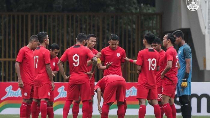 Skuad Persis Solo berdiskusi menjelang laga uji coba kontra Bali United di Stadion Manahan, Solo, Rabu (16/6/2021).