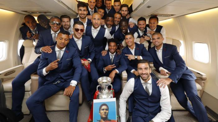 Skuad timnas Portugal melakukan penghormatan untuk Eusebio