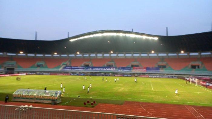 Skuat Arema FC saat menjalani pemanasan di Stadion Patriot, Cibinong, Bogor, Jawa Barat, Minggu (5/9/2021).