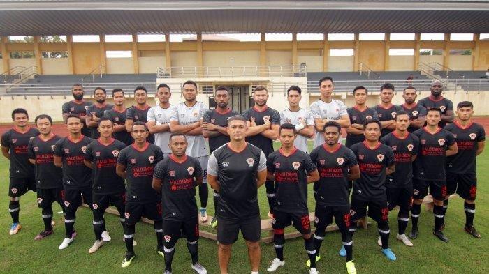 Pelatih Kalteng Putra, Wesley Gomes de Oliviera (tengah depan) , bersama tim Laskar Iseng Mulang sebelum berlaga di Liga 1 2019 , Stadion Moch Soebroto Magelang, Jawa Tengah, Kamis (16/5/2019).