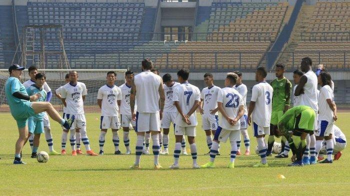 Pelatih Persib Bandung Robert Alberts (paling kiri) memberikan arahan kepada pemain saat memimpin latihan di Stadion Gelora Bandung Lautan Api, Kamis (22/8/2019).