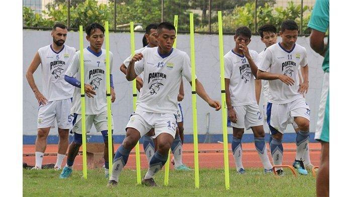 Skuat Persib Bandung latihan di Stadion Arcamanik, Kota Bandung, Selasa (7/5/2019).