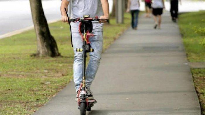 Pemerintah Singapura resmi menerbitkan larangan penggunaan skuter listrik di trotoar yang merupakan jalur pedestrian untuk pejalanan kaki mulai Selasa, 5 November 2019. Larangan ini dikeluarkan menyusul munculnya beberapa kali insiden skuter listrik bertabrakan dengan pesepeda di Singapura.