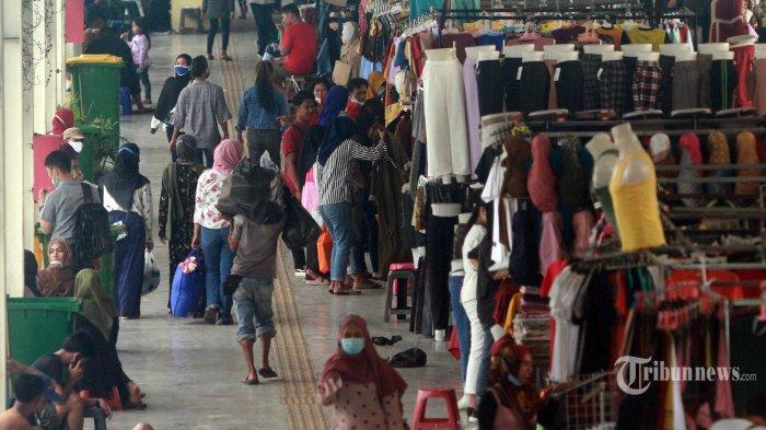 Warga balanja kawasan Jembatan Penyeberangan Multiguna atau Skybridge Tanah Abang di Jakarta, Kamis (29/4/2021). H-13 menjelang Hari Raya Idul Fitri 1442 Hijriah kawasan tersebut mulai dipadati warga untuk berbelanja berbagai kebutuhan.