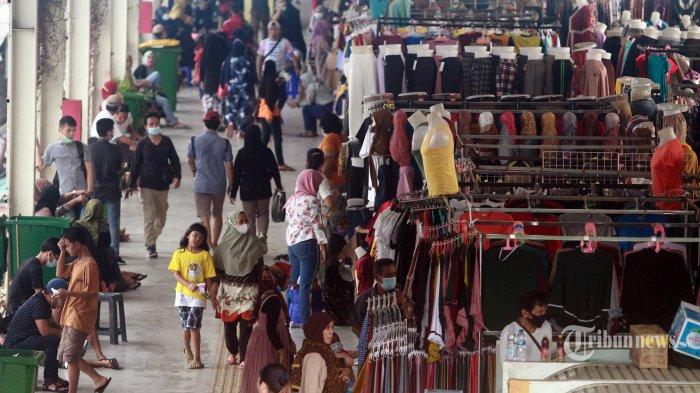 Warga  balanja kawasan Jembatan Penyeberangan Multiguna atau Skybridge Tanah Abang di Jakarta, Kamis (29/4/2021). H-13 menjelang Hari Raya Idul Fitri 1442 Hijriah kawasan tersebut mulai dipadati warga untuk berbelanja berbagai kebutuhan.  (Warta Kota/Henry Lopulaln)