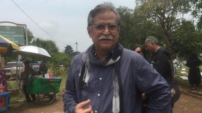 Slamet Rahardjo ditemui usai pemakaman Titi di Tempat Pemakaman Umum (TPU) Tanah Kusir, Jakarta Selatan, Selasa (23/12/2018).
