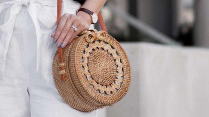 Sling bag adalah jenis tas yang umumnya memiliki ukuran kecil dan simpel.
