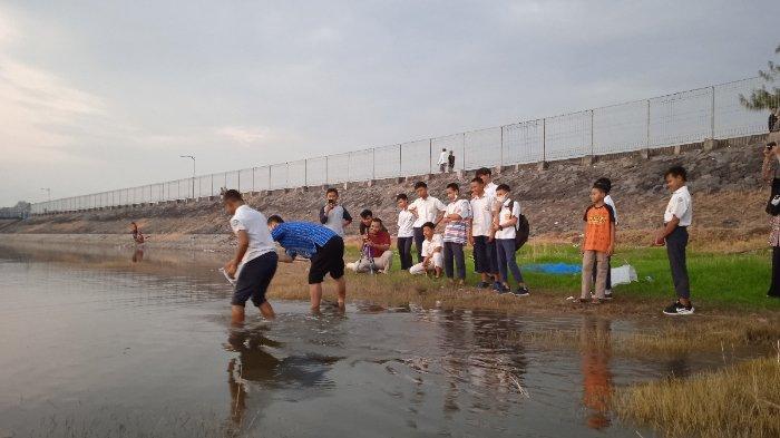 Rayakan Kelulusan, Siswa-siswi SMP di Sragen Bersih-bersih Waduk dan Tebar Benih Ikan