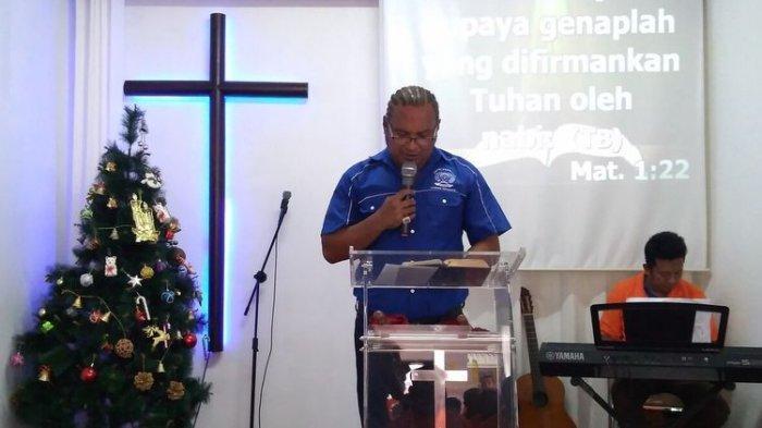 John Kei mengisi khutbah natal di Gereja Kasih Anugerah Lapas Permisan Pulau Nusakambangan, Cilacap, Jawa Tengah.
