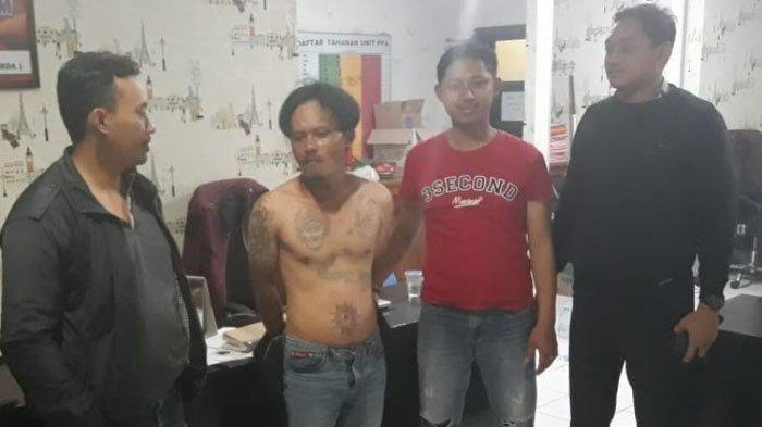 Tersangka kasus dugaan sodomi (bertato tanpa busana di badan) saat diamankan petugas UPPA Satreskrim Polres Malang, Sabtu (21/7/2019)