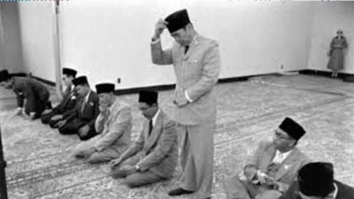 Senasib dengan Menkopolhukam Wiranto, Soekarno Nyaris Ditembak Mati saat Laksanakan Sholat Ied