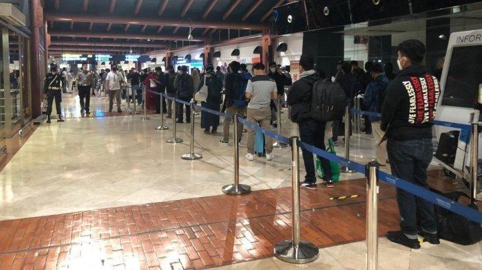 Situasi antrean penumpang di Terminal 2 Bandara Soekarno-Hatta yang sudah menerapkan physical distancing siang ini, Jumat (15/5/2020).