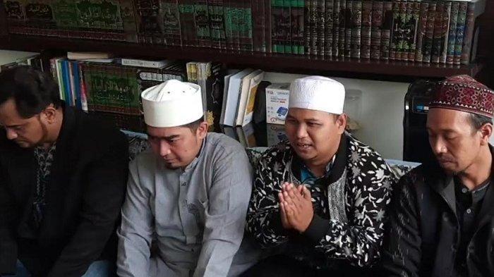 Ustaz Suwarna (tengah) saat meminta maaf bersama Ustaz Tisna (kanan) dihadapan Ustaz Solmed di kawasan, Kebon Jeruk, Jakarta Barat, Senin (11/10/2021).