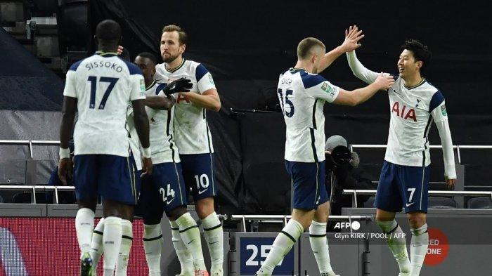 Striker Korea Selatan Tottenham Hotspur Son Heung-Min (kanan) merayakan bersama rekan satu timnya setelah dia mencetak gol kedua timnya selama pertandingan sepak bola leg pertama semifinal Piala Liga Inggris antara Tottenham Hotspur dan Brentford di Tottenham Hotspur Stadium di London, pada 5 Januari 2021 . Glyn KIRK / POOL / AFP