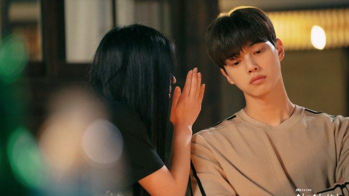 Song Kang dan Lee Hye Won dalam drama Nevertheless episode 7.